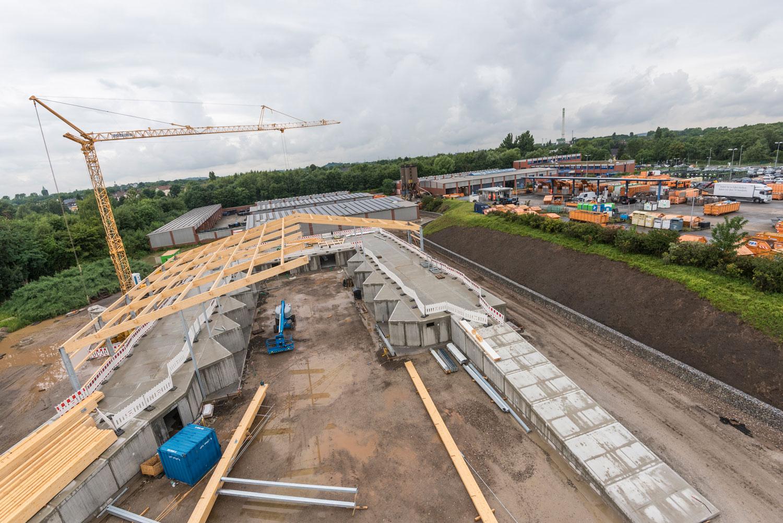 Eine Luftaufnahme zeigt einen Vergleich zwischen Recyclinghof und dem Wertstoffhof im Bau