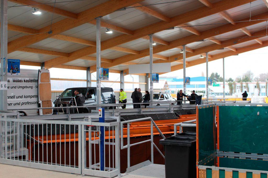 Die ersten Autos fahren auf die Rampe des neuen Wertstoffhofs in Herne