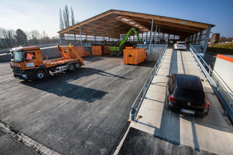 Wertstoffhof Herne : Die ersten Autos fahren die Rampe hoch