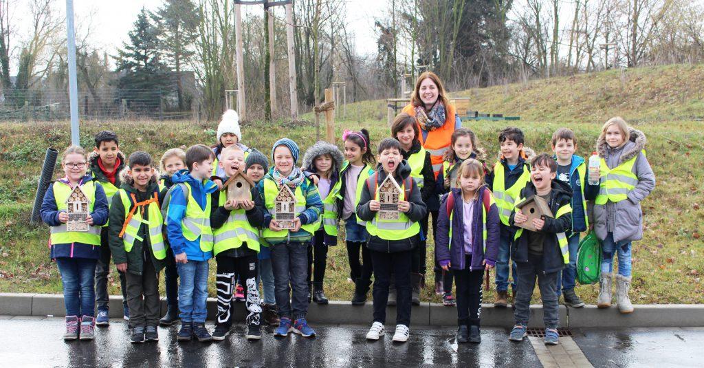 Kinder der Europaschule Königstraße und ihre Klassenlehrerin Frau Tschöke besuchen des Wertstoffhof